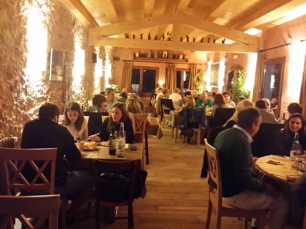 techo de restaurante panel sandwich friso de madera
